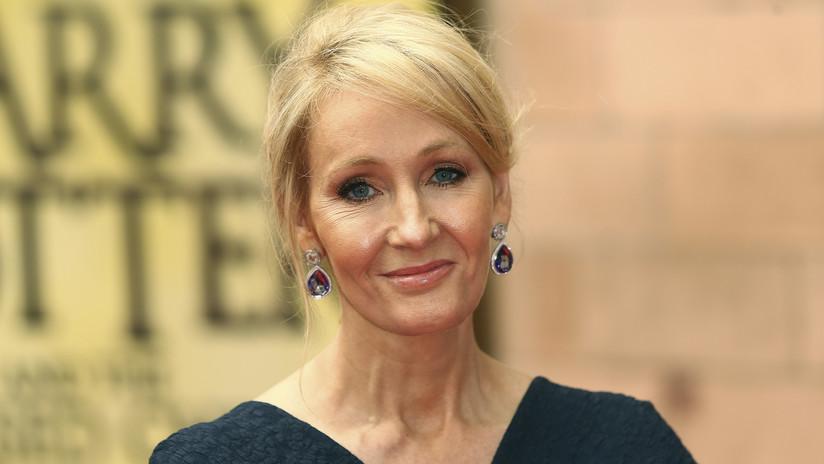 J.K. Rowling se mofa de manera 'simétrica' de Trump por publicar un tuit con una errata