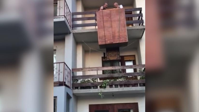 VIDEO: Mudanza de un ropero acaba en desastre