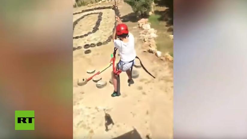 """No todos han muerto"": Un instructor de tirolesa atemoriza a un niño antes de que se lance (VIDEO)"