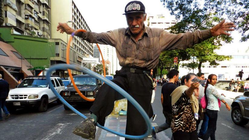 La historia del octogenario acróbata gallego que sorprende a todos en una avenida de Caracas