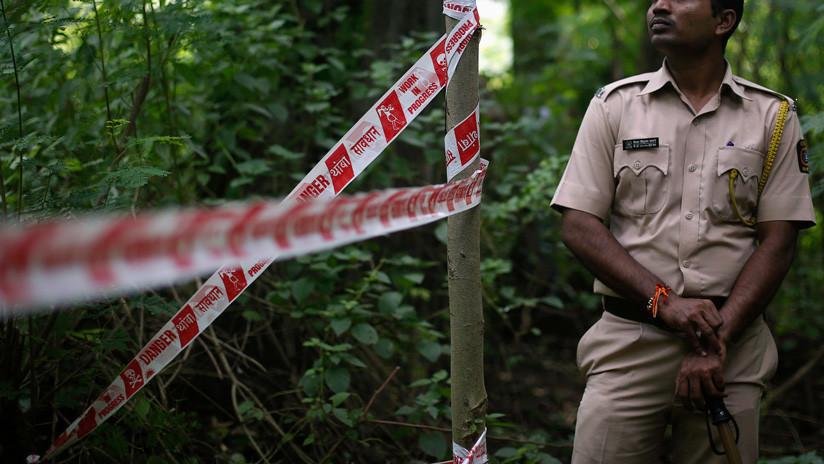 India: Graban cómo un hombre ataca a su mujer con un machete ante una comisaría a plena luz del día