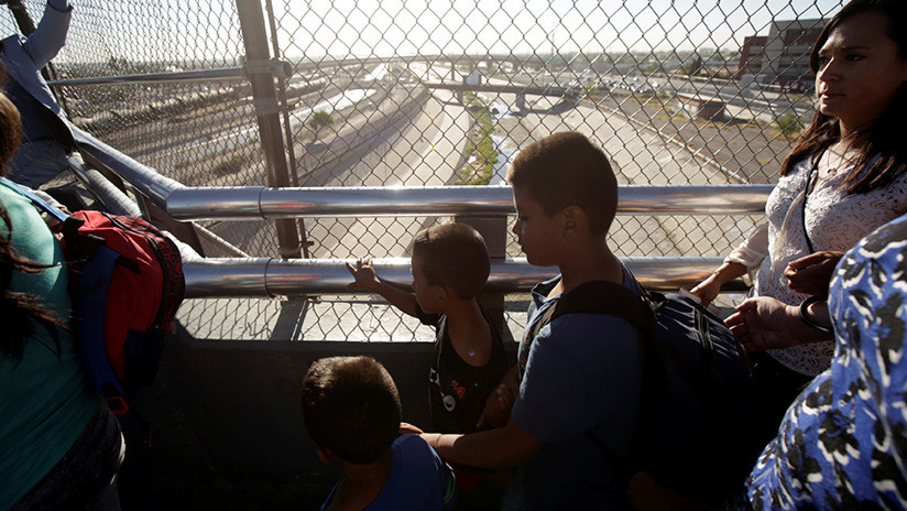 """EE.UU. devuelve a una madre su bebé """"lleno de polvo y piojos"""" tras 85 días de separación"""