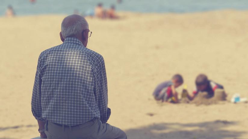 """""""Seguro fue un gran amor"""": La foto viral del hombre que lleva el retrato de su esposa muerta al mar"""