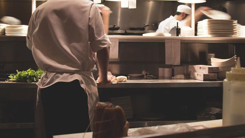 EE.UU.: Un hombre entra en la cocina de un restaurante y golpea brutalmente a una empleada (VIDEO)