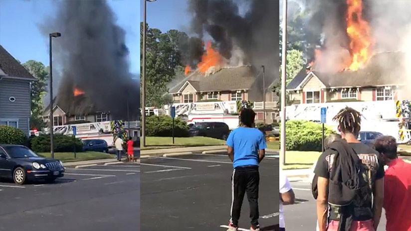 VIDEOS: Un helicóptero se estrella contra un conjunto residencial en EE.UU. y provoca un incendio