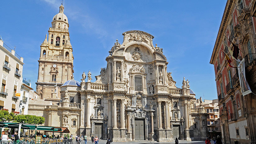 España: Un hombre se sube a la fachada de la catedral de Murcia y amenaza con tirarse (VIDEO)