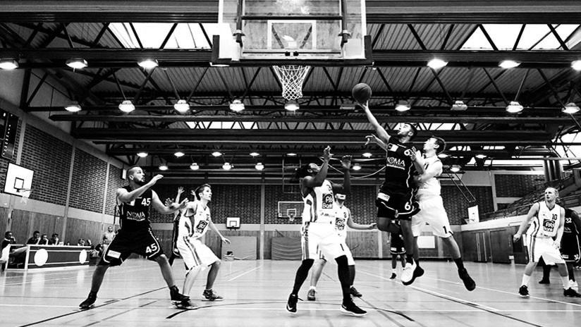 VIDEOS: Épica pelea entre jugadores y árbitros de baloncesto durante un partido en EE.UU.