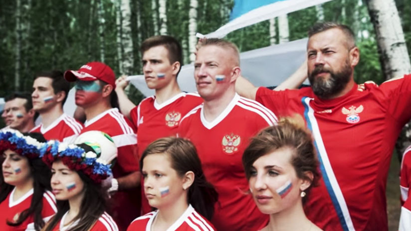 VIDEO: Hinchas rusos responden con creatividad a los islandeses que cantaron 'Kalinka'