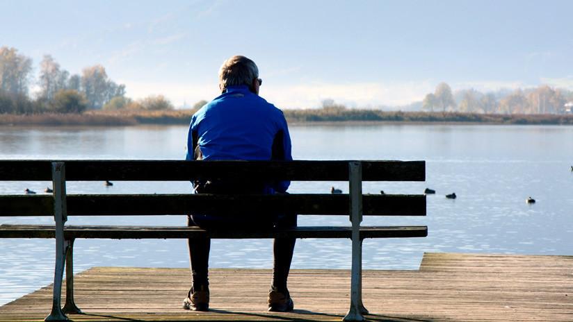 La conmovedora historia de un viudo que a diario se sienta frente al mar con la foto de su esposa