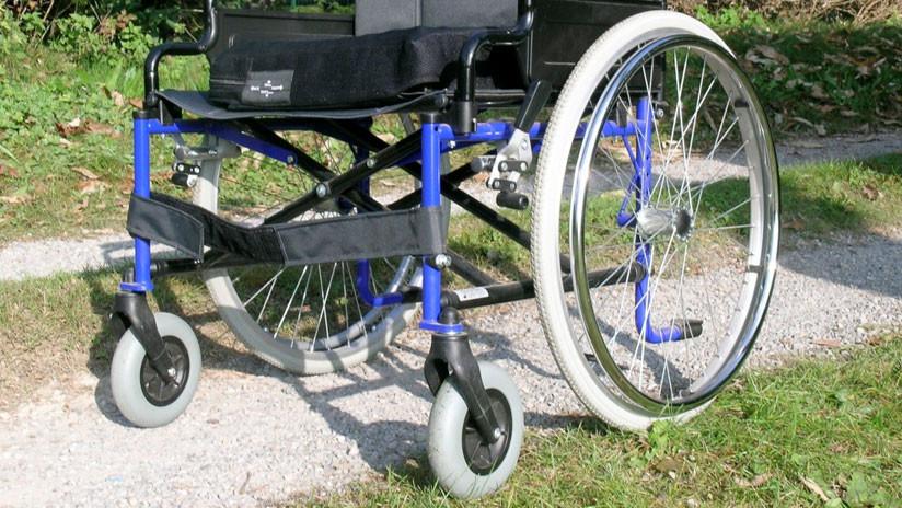 Una directora de colegio genera controversia por fotografiarse en silla de ruedas