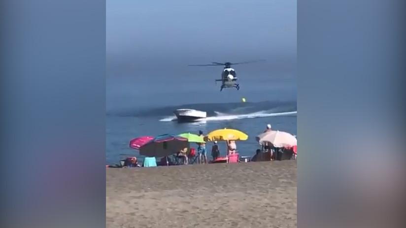 VIDEO: Persecución en helicóptero a una 'narcolancha' sorprende a bañistas en una playa española