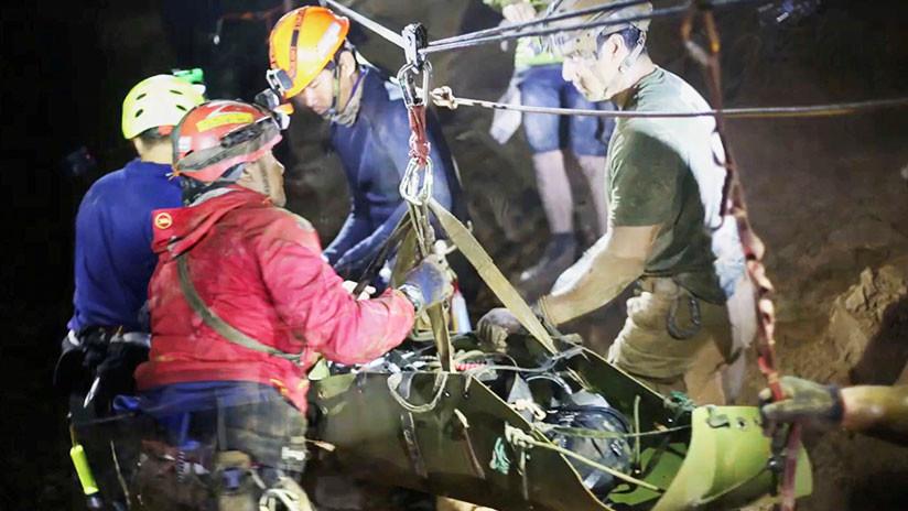 """""""El agua empezó a subir"""": Buzos rescatistas revelan cómo evadieron desastre en la cueva tailandesa"""