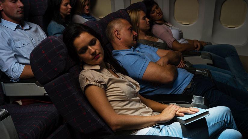 Una mujer demanda a United Airlines porque un pasajero 'excitado' la acosó en pleno vuelo