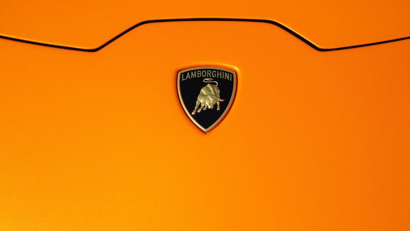 VIDEO: Olvida sacar el surtidor de gasolina de su furgoneta, y quema un lujoso Lamborghini