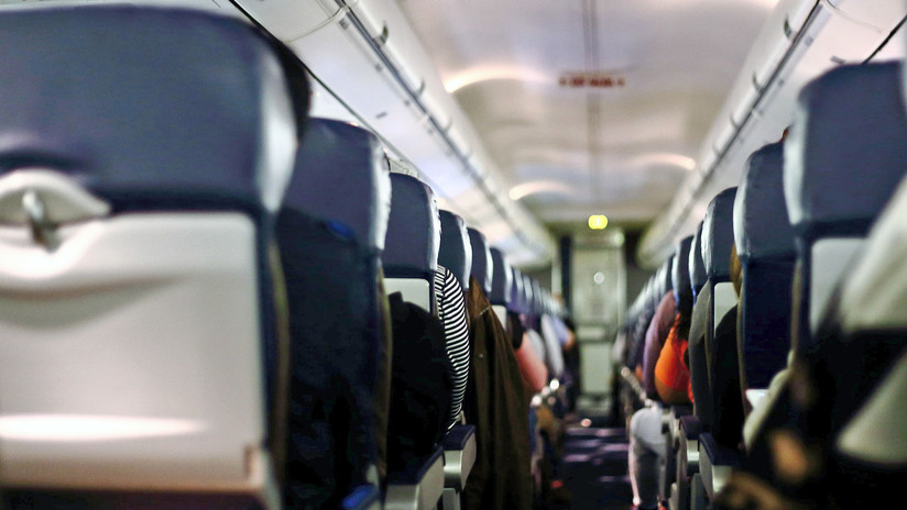 """""""Incluso los pasajeros ofrecían ayuda"""": Una mujer dio a luz en pleno vuelo de Kirguistán a Rusia"""