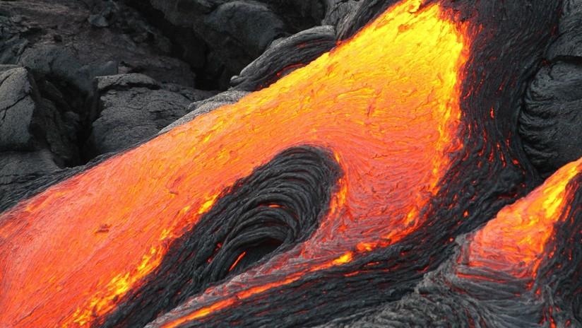VIDEO: Un piloto de helicóptero pende de una cuerda sobre un cráter volcánico con lava