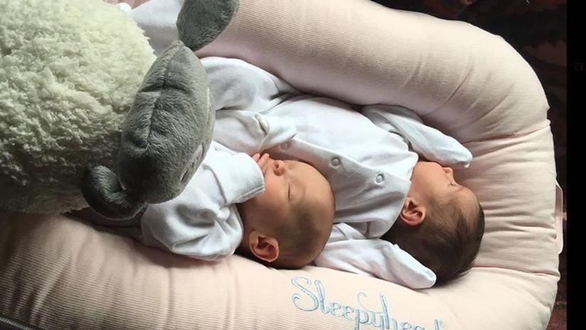 Una mujer percibe que está embarazada de gemelos solo cuando da a luz en su baño