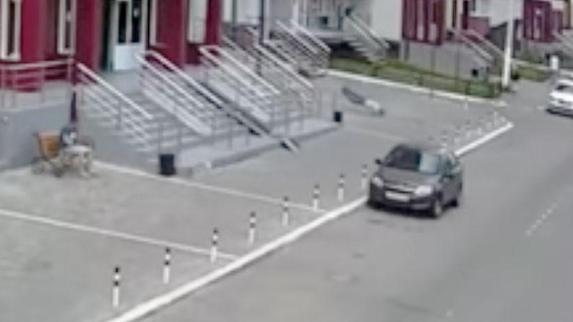 FUERTES IMÁGENES: Captan la caída de un hombre desde un piso 25.º en Rusia