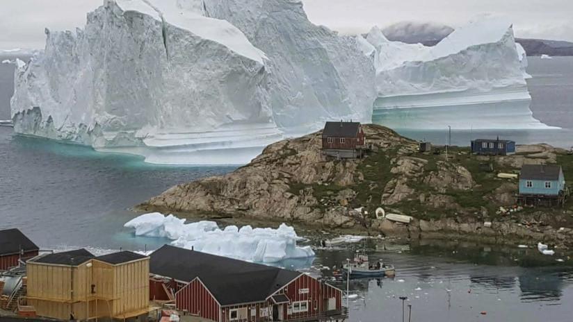 FOTO: Un enorme iceberg amenaza a los vecinos de una aldea de Groenlandia, que temen un tsunami