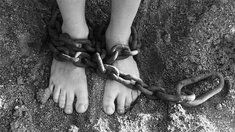 Encuentran en Brasil a dos gemelos de tres años encerrados en una jaula de madera