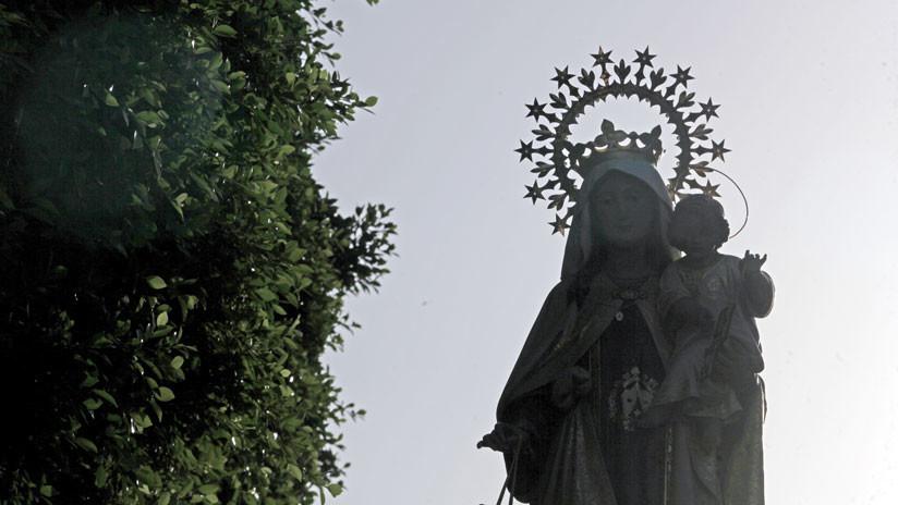 Un pastor evangélico destruye la imagen de una Virgen a martillazos — Colombia