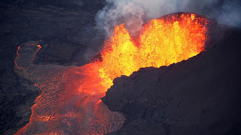 FOTO: El volcán Kilauea crea una nueva isla en la costa de Hawái