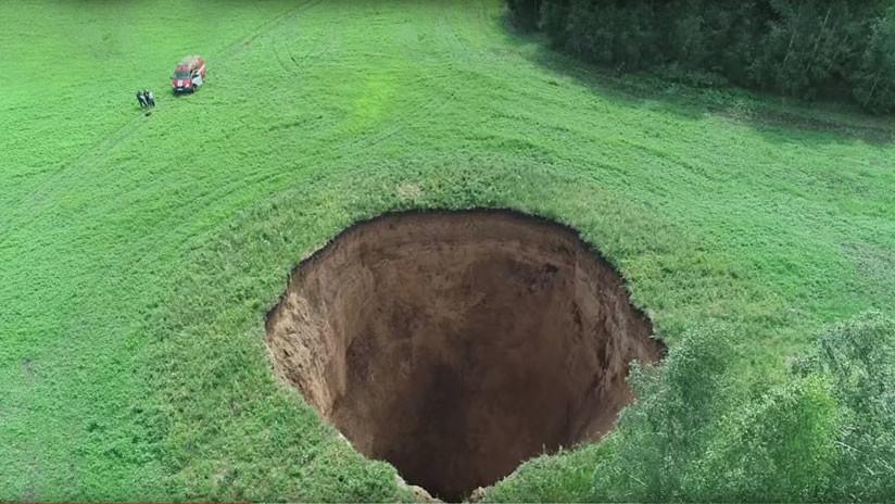 VIDEO: Aparece un sorprendente agujero de 50 metros de profundidad en el oeste de Rusia