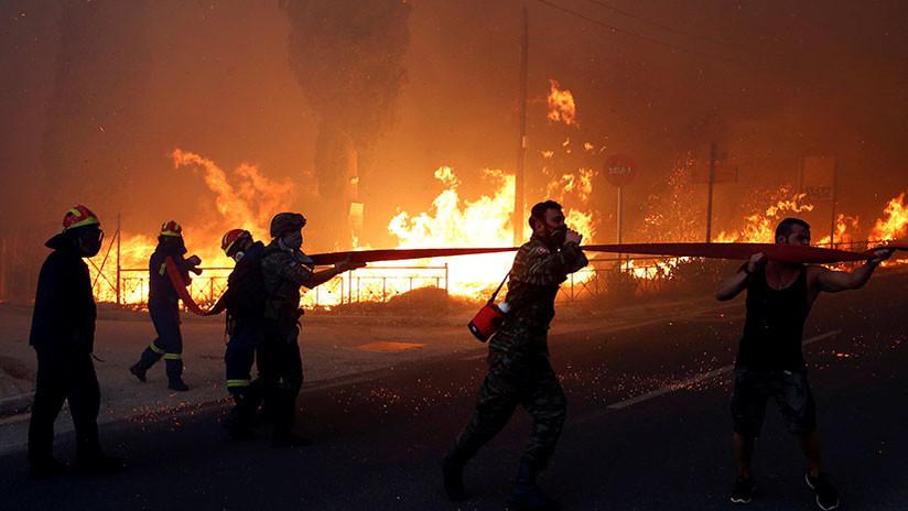 VIDEO: Las llamas 'devoran' la casa de un hombre durante los incendios en Grecia