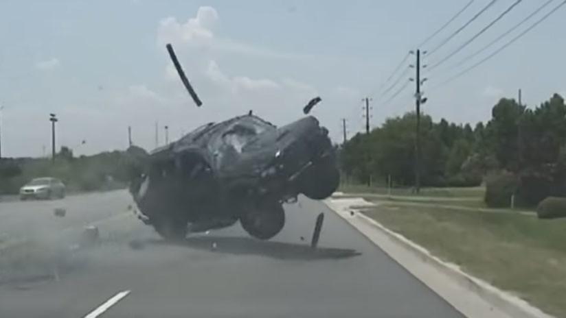 VIDEO: Una mujer sale despedida de su coche durante una dramática persecución policial