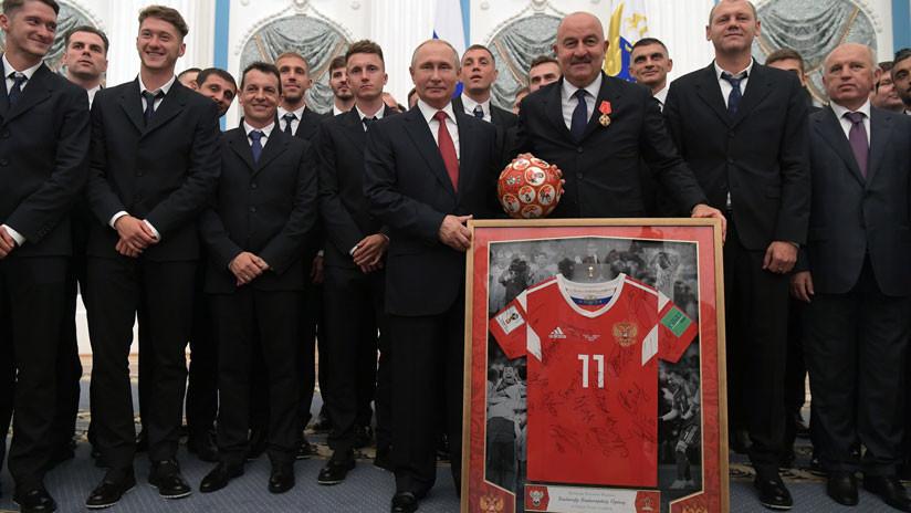 """""""Vuestro juego valiente fue un regalo para millones"""": Putin condecora a la selección rusa de fútbol"""