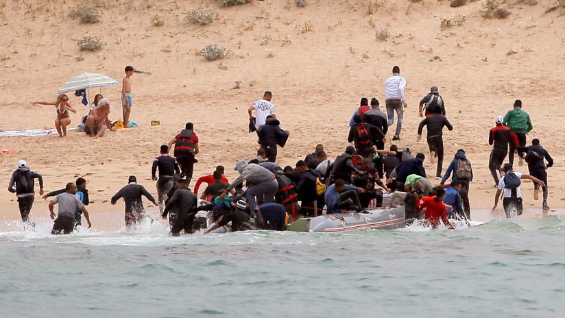 VIDEO: Una patera de inmigrantes desembarca en una playa nudista del sur de España