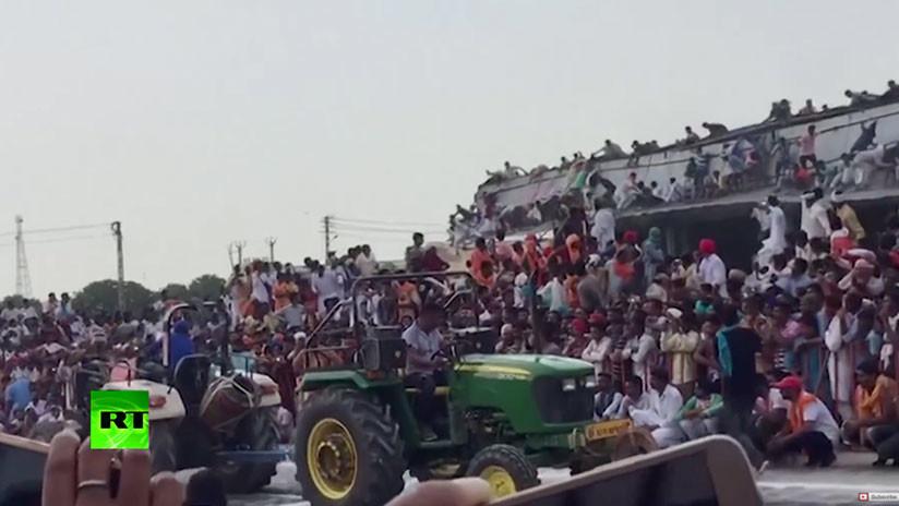 VIDEO: Tejado de construcción con cientos de personas encima se derrumba durante un evento en India