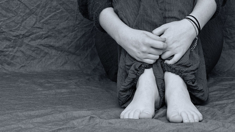 Mujer autista es torturada por sus familiares y forzada a comer las cenizas de su difunta madre