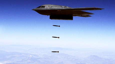 Un B-2 Spirit lanza municiones en la base de la Fuerza Aérea de Hill en Utah (EE.UU.).