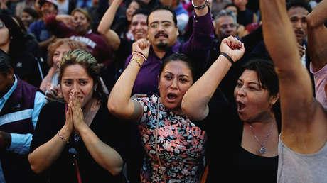 Partidarios del candidato Andrés Manuel López Obrador reaccionan ante los primeros resultados. 1 de julio 2018