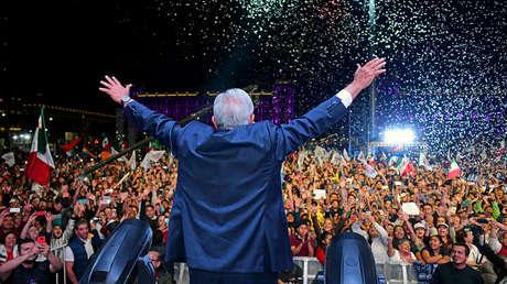 Andrés Manuel López Obrador celebra su victoria en la madrugada del 2 de julio de 2018, en el Zócalo de la Ciudad de México.