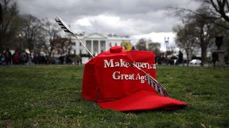 Una réplica de la gorra 'Make America Great Again' en césped cerca de la Casa Blanca, Washington, EE.UU., el 10 de marzo de 2017