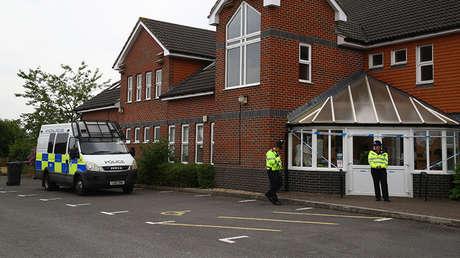 Policías británicos en un centro bautista de Amesbury, 14 kilómetros al norte de Salisbury. Reino Unido, 4 de julio de 2018.