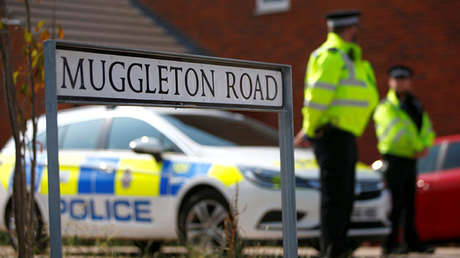 Policías en la entrada de la urbanización Muggleton Road en Amesbury, Reino Unido, 5 de julio de 2018