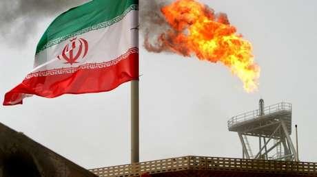 La bandera de Irán en una plataforma del campo petrolífero Sorush, el 25 de julio de 2005