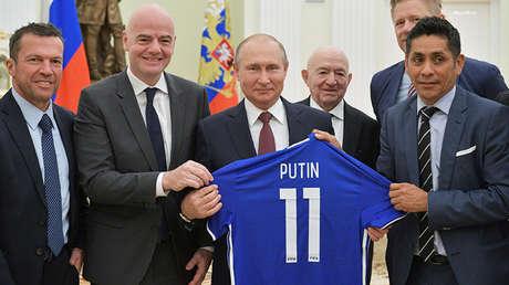Vladímir Putin y Gianni Infantino en una reunión con leyendas del fútbol en el Kremlin, Moscú, 6 de julio de 2018