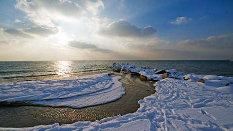 La nieve cubre la orilla cerca de la ciudad de Ronne, en la isla danesa de Bornholm, en el mar Báltico.