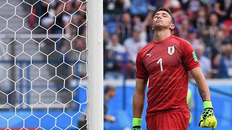 El uruguayo Fernando Muslera lamenta el primer gol del encuentro contra Francia, el 6 de julio de 2018.