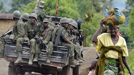 Soldados las FARDC, de la República Democrática del Congo, en la parte trasera de una camioneta mientras van a Mbuzi, cerca de Rutshuru, el 4 de noviembre de 2013.