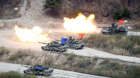 Tanques surcoreanos y estadounidenses durante un ejercicio militar conjunto en Pocheon, Corea del Sur, el 21 de abril de 2017.