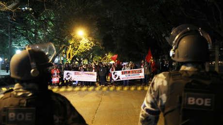 Protesta de los partidarios de Lula frente del TRF-4 en Porto Alegre, Brasil, el 8 de julio de 2018