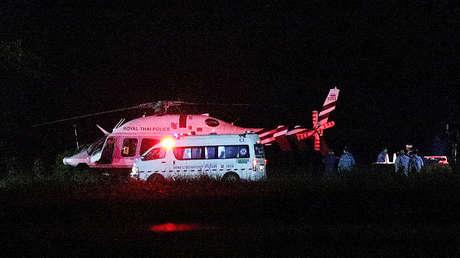 Un helicóptero con los niños rescatados a bordo en un aeropuerto militar en la provincia de Chiang Rai, Tailandia, el 8 de julio de 2018