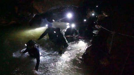 Rescatistas caminan dentro del complejo de cuevas situado al norte de Tailandia donde quedaron atrapados varios niños y su entrenador de fútbol.