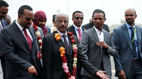 El primer ministro de Etiopía, Abiy Ahmed, saluda al ministro eritreo de Exteriores, Osman Saleh, y su delegación en el aeropuerto internacional Bole en Adís Abeba, Etiopía.