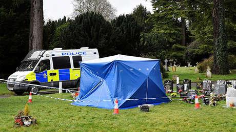 Una furgoneta policial cerca de la tumba de Alexánder Skripal, hijo de Serguéi Skripal, Salisbury, Reino Unido, 15 de marzo de 2018